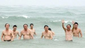 Bộ trưởng Trần Hồng Hà cùng các lãnh đạo diễn màn tắm biển lần 2. Ảnh: báo VNN