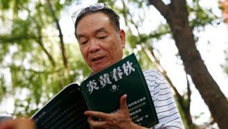Ông Vương Ngạn Quân, cựu Phó tổng biên tập tạp chí Viêm Hoàng Xuân Thu (Yanhuang Chunqiu) phát biểu với truyền thông trước tòa án ở Bắc Kinh, ngày 16/08/2016. REUTERS/Thomas Peter