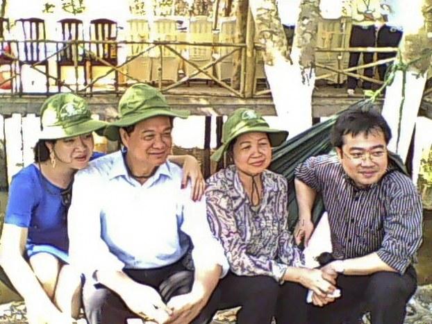 Gia đình thủ tướng Nguyễn tấn Dũng từ trái cô Nguyễn Thanh Phượng (con gái), thủ tướng, phu nhân thủ tướng và ông Nguyễn Thanh Nghị