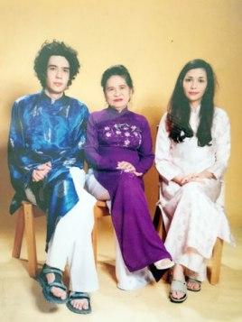Bà Bẩy Vân, phu nhân Tổng bí thư Lê Duẩn và hai cháu ngoại. Ảnh: CAND/ Lê Kiên Thành