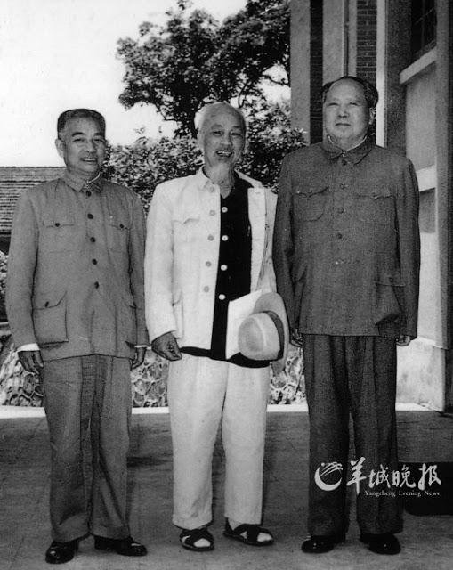 Từ trái qua: Đào Chú, Hồ Chí Minh, Mao Trạch Đông. Nguồn: YCWB