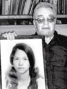 Maslov cầm di ảnh vợ, Lê Vũ Anh. Nguồn: tư liệu gia đình Maslov