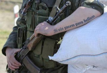 """Ảnh người lính khắc trên cánh tay dòng chữ """"Si vis pacem para bellum"""", nghĩa là: muốn hòa bình, hãy chuẩn bị cho chiến tranh. Nguồn: Pinterest."""
