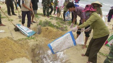 Người dân tiêu hủy cá chết ở tỉnh Quảng Bình, ngày 28/4/2016. Ảnh: AP