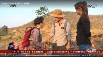 Clip của VTV24 cho thấy cảnh phóng viên trao tiền 'để giúp đỡ' một người dân ở Đắk Lắk.