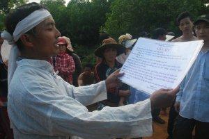 Một người dân xã Tam Ngọc mặc tang phục, tố cáo giống như phát tang trong vụ biểu tình hồi tháng 11 năm ngoái. Hình: Người Lao Động.