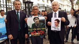 Tác giả cùng Nghị sĩ và Tham tán Chính trị Sứ quán CHLB Đức trước Tòa án Hà Nội, trong vụ xử sơ thẩm Ba Sàm 23-3-2016. Nguồn: Võ Văn Tạo