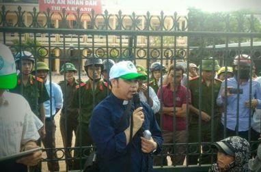 Linh mục Đặng Hữu Nam hướng dẫn bà con ngư dân Quỳnh Lưu và Kỳ Anh ở Tòa án Kỳ Anh. Nguồn: Facebook.