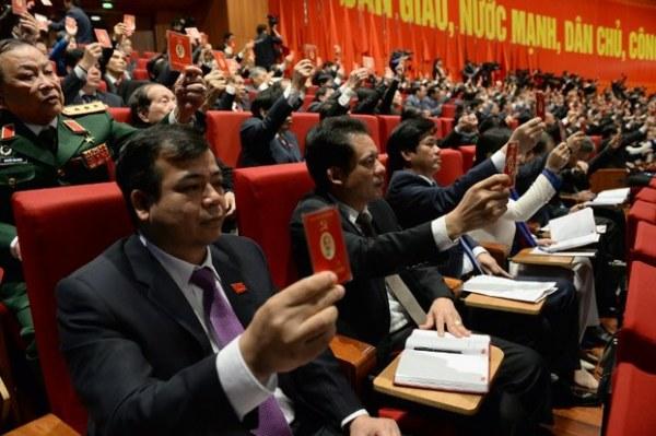 Các đại biểu giơ thẻ đảng tại lễ bế mạc Đại hội toàn quốc lần thứ 12 của Đảng Cộng sản Việt Nam ở Hà Nội vào ngày 28 tháng 1 năm 2016. Ảnh: AFP