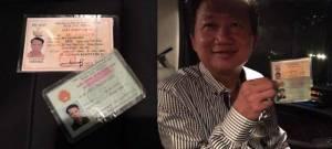 """Sau khi """"quy hàng phản động"""", Trịnh Xuân Thanh cầm """"tín vật"""" do blogger Người Buôn Gió gửi đến nhằm chứng minh quyết tâm đối đầu với Nguyễn Phú Trọng. Ảnh: Facebook Người Buôn Gió."""