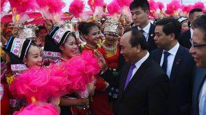 inh viên Trung Quốc đón Thủ tướng Nguyễn Xuân Phúc tại sân bay Wuxu, TP. Nam Ninh hôm 10/9. Nguồn: Thông Tin Chính Phủ