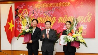 Trao quyết định bổ nhiệm ông Trịnh Xuân Thanh (ngoài cùng bên trái) làm Vụ trưởng, Ban đổi mới doanh nghiệp thuộc Bộ Công thương. Ảnh: Báo Công thương.