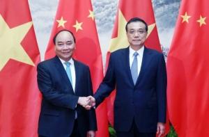 Thủ tướng Nguyễn Xuân Phúc và Thủ tướng Trung Quốc Lý Khắc Cường. Ảnh: Tân Hoa Xã.