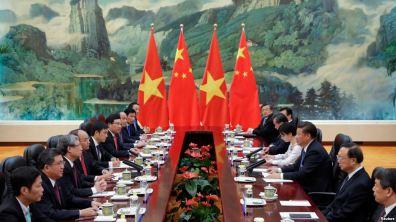 Chủ tịch Trung Quốc Tập Cận Bình (thứ 3 bên phải) hội đàm với Thủ tướng Việt Nam Nguyễn Xuân Phúc (thứ 4 bên trái) tại Đại lễ đường Nhân dân ở Bắc Kinh, 13/9/2016. Ảnh: Reuters.