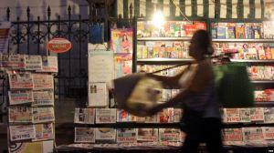 Một sạp báo trên đường phố Hà Nội. (Ảnh tư liệu). Nguồn: EPA