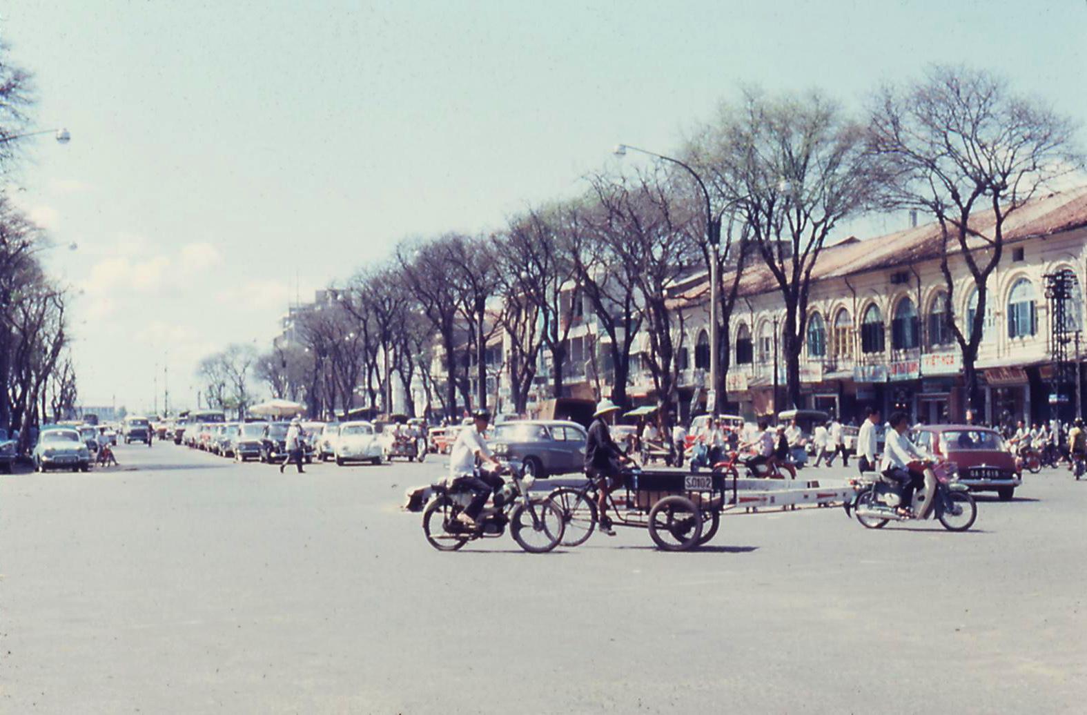 Đại lộ Nguyễn Huệ, Sài Gòn, năm 1967-1968. Ảnh. Dave DeMIlner.