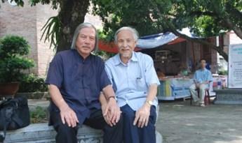 Ông Trịnh Xuân Giới (phải) với tác giả. Nguồn: Báo TP