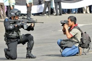 """Nhiếp ảnh gia """"điếc không sợ súng"""". Nguồn: internet"""