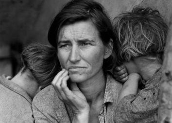 Người mẹ di dân 32 tuổi, mẹ của 7 đứa con, bị ảnh hưởng bởi đại suy thoái kinh tế. Ảnh chụp tháng 3-1936, tác giả: Dorothea Lange
