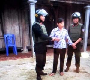 Bà Cấn Thị Thêu bị giới chức cộng sản bắt vào lúc tờ mờ sáng tại tư gia khi gia đình bà còn đang ngủ, thuộc xã Ngọc Lương, huyện Yên Thủy, tỉnh Hòa Bình, vào ngày 10.06.2016. Ảnh: internet