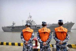 Binh sĩ Trung Quốc quan sát khu trục hạm USS Blue Ridge khi tàu này ghé thăm Thượng Hải ngày 5/6/2016. Nguồn: AP