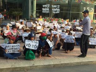Những người dân kêu oan cho chị Cấn Thị Thêu bên ngoài phiên tòa. Nguồn: Facebook