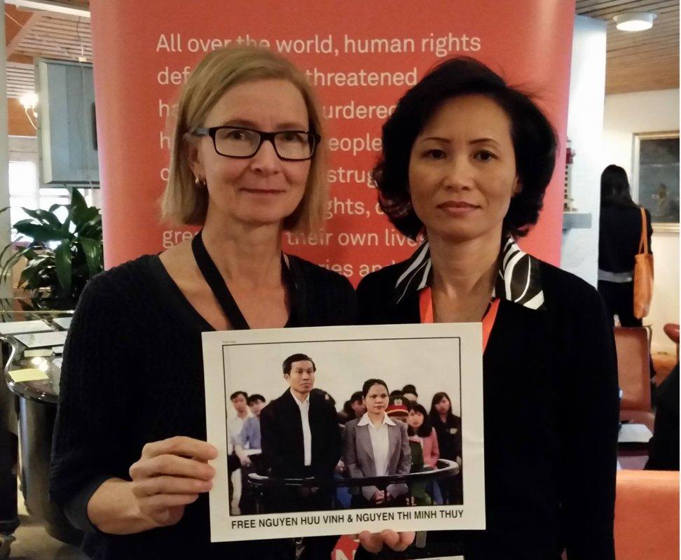 Bà Brittis Edman (trái), Giám đốc Chương trình Đông Nam Á của Civil Rights Defenders cầm bức ảnh phiên tòa sơ thẩm ông Nguyễn Hữu Vinh và cô Nguyễn Thị Minh Thúy. Nguồn: Ngọc Thu