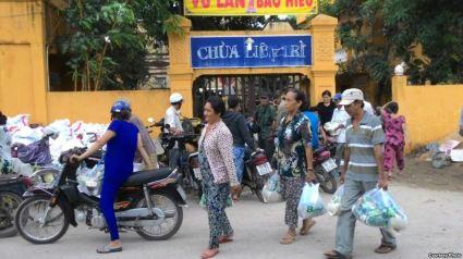 Bà con nghèo nhận quà từ thiện tại Chùa Liên Trì. (Ảnh: Giáo hội Phật giáo Việt Nam Thống nhất). Ảnh: internet