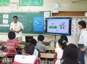 Giáo viên Philippines trong một tiết dạy tiếng Anh tại một trường Nhật. Ảnh: Japan Times.