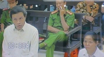 Bị cáo Nguyễn Hữu Vinh và Nguyễn Thị Minh Thúy tại tòa phúc thẩm (Ảnh chụp màn hình)