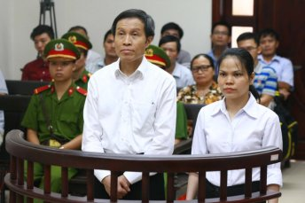 'Phiên tòa công khai' nhưng nhiều nhà hoạt động, nhà báo tự do bị ngăn cản trên đường đến dự. Ảnh: AFP/ Getty Images