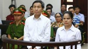 Anh Ba Sàm Nguyễn Hữu Vinh và đồng sự, chị Nguyễn Thị Minh Thúy trong phiên phúc thẩm - Ảnh: TTXVN