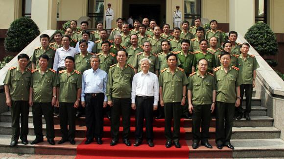 Tổng Bí thư Nguyễn Phú Trọng tới thăm và làm việc với Đảng ủy Công an Trung ương. Ảnh: báo ANTĐ