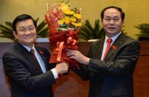 Tân Chủ tịch nước Trần Đại Quang (phải) nhận hoa chúc mừng từ người tiền nhiệm Trương Tấn Sang trong một buổi lễ tại Quốc hội vào ngày 02 tháng Tư năm 2016. Photo: AFP