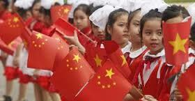 trẻ em VN cầm cờ 6 sao ra đón TCB xảy ra trong chuyến đi năm 2011. Nguồn: internet