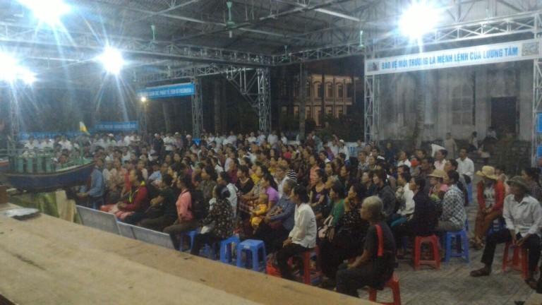 Hơn 600 ngư dân tập trung trước nhà xứ Giáo xứ Phú Yên, G.pVinh từ sáng sớm vào ngày 26.09.2016, chuẩn bị đi lên Toà án thị xã Kỳ Anh, Hà Tĩnh để gửi khởi kiện Formosa. Ảnh: TMCNN
