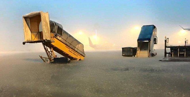 Phi trường Tân Sơn Nhất sau trận mưa chiều 26 tháng 8. Đây là hệ quả của việc Bộ Quốc Phòng Việt Nam tùy tiện lập ra các khu dân cư vây quanh phi trường này. (Hình: Facebooker Biên Hòa Young)