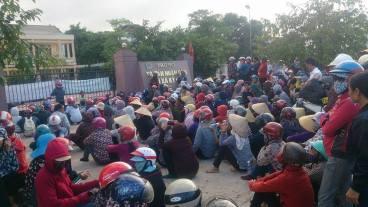 Người dân Quỳnh Lưu đến Tòa án Thị xã Kỳ Anh nộp đơn khởi kiện Formosa vào hôm nay. Ảnh: FB PLVC/ internet