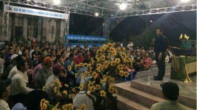Người dân tập trung ở Giáo xứ Phú Yên - Nghệ An trong sáng sớm để đi Hà Tĩnh. Ảnh: FB Trần Minh Nhật