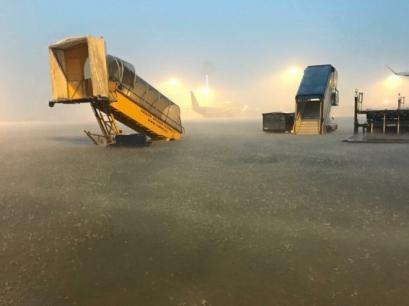 Sân bay Tân Sơn Nhất như 1 biển nước trong cơn mưa lớn. Ảnh: Bố Kem/ Sao Star.
