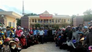 Ảnh: Người dân Quỳnh Lưu đến nộp đơn kiện tại tòa àn Kỳ Anh. FB Người Kỳ Anh.