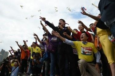 Người dân Philippines và công dân Việt Nam tại Philippines vui mừng trước phán quyết của tòa trọng tài quốc tế về biển Đông sáng 12/7/2016. Ảnh: AFP