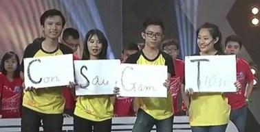 """Đội Đại học Sư phạm Hà Nội đưa ra đáp án bằng bốn tấm bìa màu trắng ghép lại thành dòng chữ: """"Con Sâu Gặm Tiền"""". Ảnh chụp màn hình."""