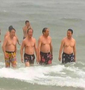 Bộ trưởng Trần Hồng Hà và lãnh đạo Bộ TNMT tắm biển để trả lời câu hỏi cá chưa ăn được. Nguồn: internet