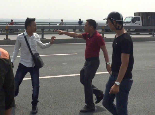 Nhà báo Quang Thế (áo trắng) bị hành hung khi đang tác nghiệp trên cầu Nhật Tân - Ảnh: M.C./ báo TT