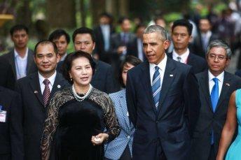 """CTQH Nguyễn Thị Kim Ngân đưa TT Obama đi thăm """"ao cá bác Hồ"""" trong chuyến thăm VN của ông Obama hồi tháng 5 vừa qua. Ảnh: internet"""