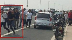 Phóng viên Quang Thế của báo Tuổi Trẻ bị một số cảnh sát mặc thường phục tấn công. Ảnh chụp màn hình YouTube.