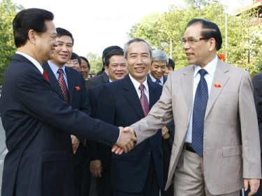 Nguyễn Tấn Dũng (bì trái) bắt tay Nông Đức Mạnh (bìa phải). Ảnh: Hồng Vĩnh/ báo TP.
