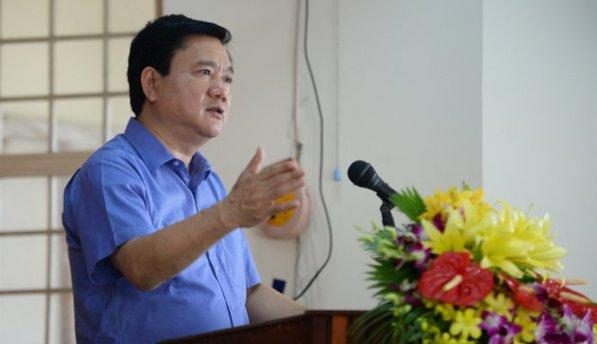 Bí thư Thành ủy TP.HCM Đinh La Thăng trả lời những kiến nghị của cử tri xã Phước Hiệp, huyện Củ Chi sáng 5-10 - Ảnh: THUẬN THẮNG