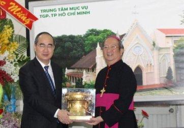 Ông Nguyễn Thiện Nhân và Ðức Tổng Giám Mục Tổng Giáo Phận Sài Gòn Phao-lô Bùi Văn Ðọc. (Hình: Ðại Ðoàn Kết)